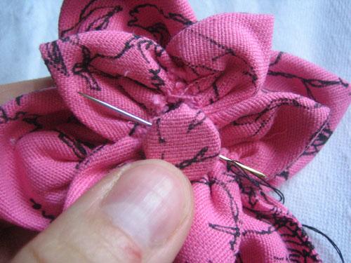 Брошка из ткани.Пришиваем тычинки