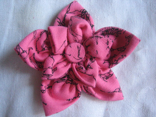 Брошка из ткани.Сшитый цветок