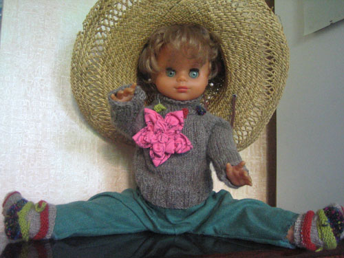 Брошка из ткани на кукле