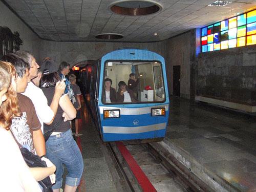 Поезд пещерного метро