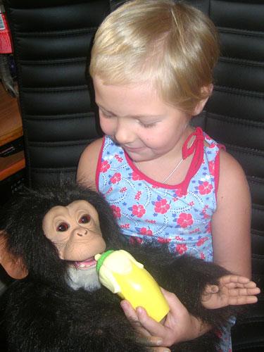 Кормим обезьянку