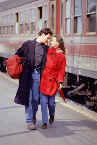 Влюбленная пара и поезд