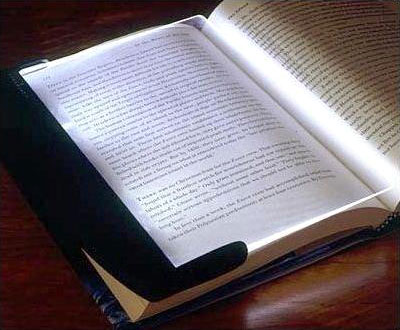 Подсветка для книг в действии