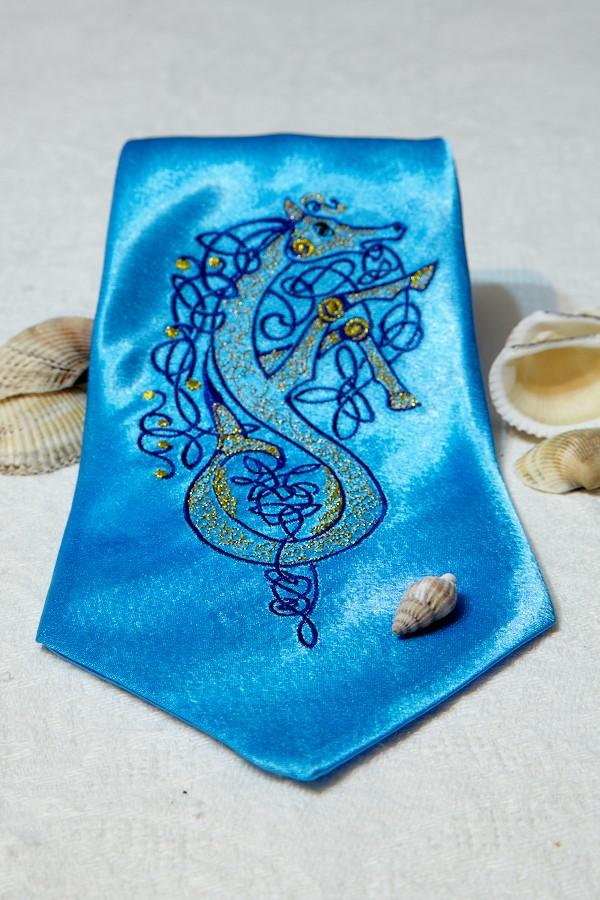 Голубой с морским коньком