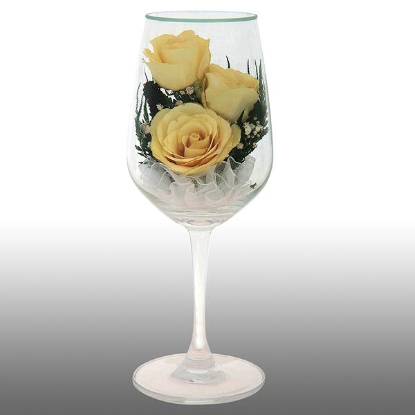 Желтые розы в бокале