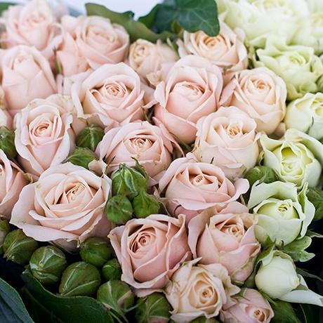 Композиция из белых и розовых роз