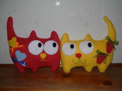 Кот с сердечками и кот с клубникой