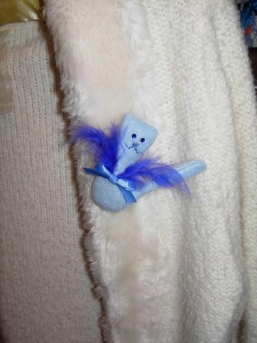 Брошь Кошка голубого цвета