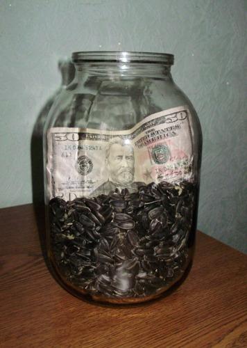 Деньги. Банка с деньгами