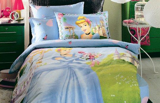 яркая красочная постель с рисунком сказочной тематики