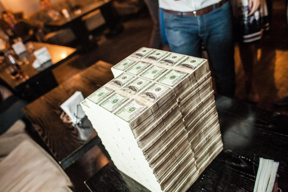 Фото с пачками денег
